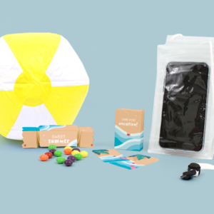 Inhoud Brievenbuspakketje Zomer Beach Pakket Strandbal Telefoonhoesje Skittles Speelkaarten